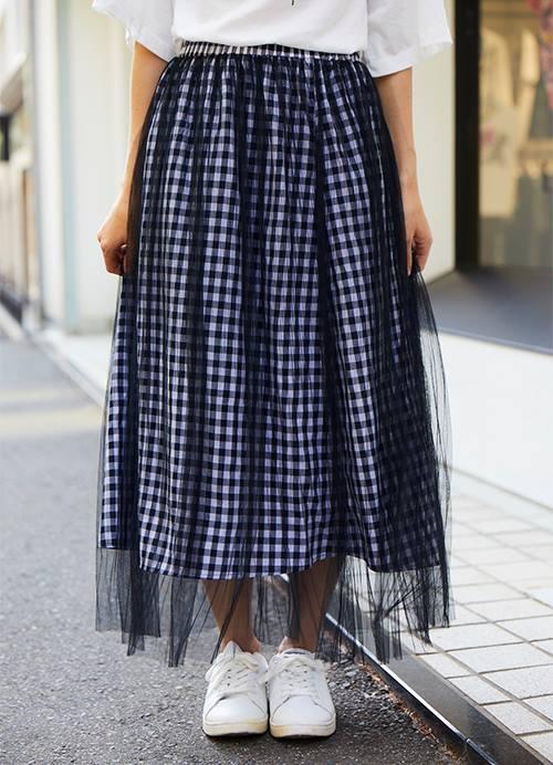 ギンガム&レースのスカートを組み合わせて爽やかなムードに仕上げ!/></p> <p class=