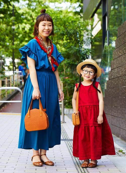 """ママはブルー、キッズは赤いワンピースがこの日の主役。小物をベージュで合わせた色の差し引きがグッドバランス。"""""""