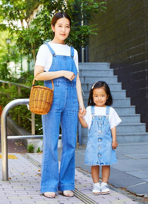 """白T×デニムオールインワンを親子でリンクしたカジュアルスタイル。ママは細身シルエットでレディな雰囲気に。"""""""