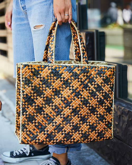 オレンジ×黒のバッグをコーデの挿し色に♪