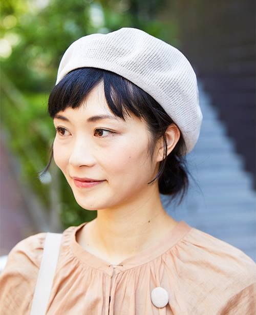 コットンニットベレー帽を選んでやさしい雰囲気に。/></p> <p class=
