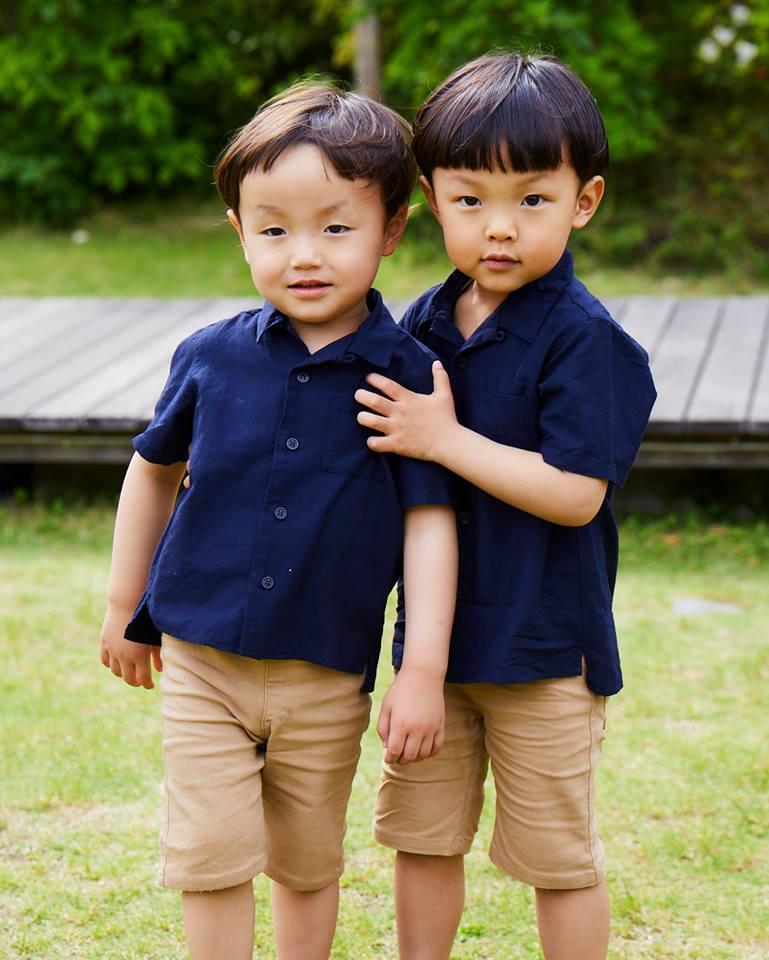兄弟はネイビーのシャツ×ベージュのショーツを仲良くリンクさせて爽やかにまとめ。