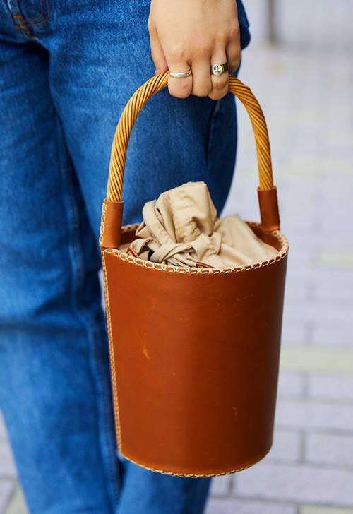 レザーのバケツバッグを選んでナチュラルなテイストを注入♪/></p> <p class=