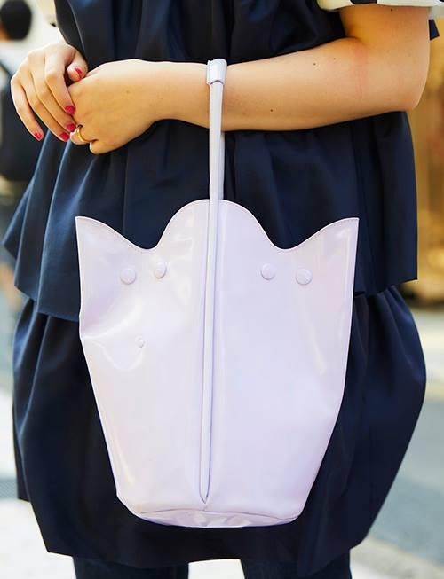 パープルのバッグを選んでクラス感のあるムードに昇華!