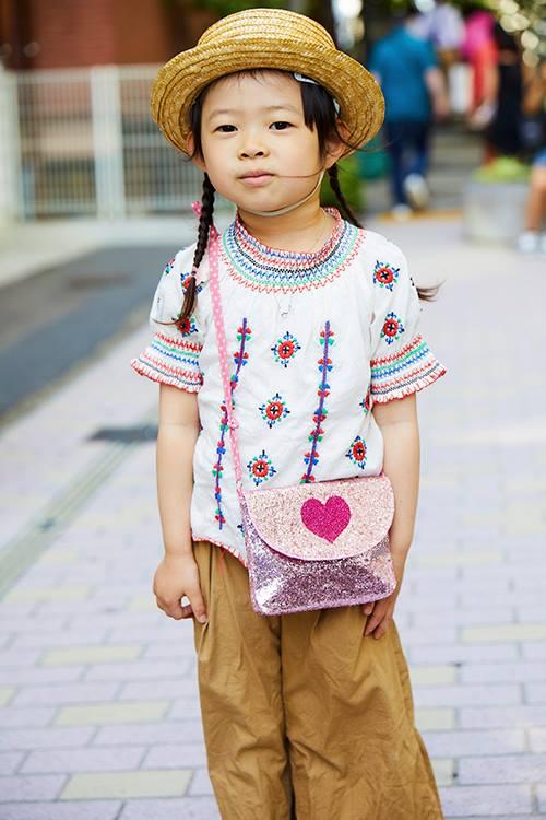キッズも刺繍×チノパンを仲良くシェア♡<br /> ピンクのバッグがガーリーなアクセントに♪&#8221; /></p> <p class=
