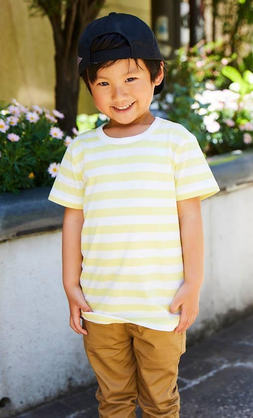イエローのボーダーTシャツを主役にしたカジュアルスタイル。<br /> キャップを後ろかぶりにしてストリート風に♪&#8221; /></p> <p class=