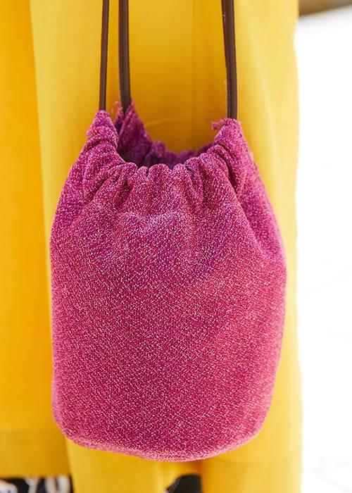 コーデの挿し色にはピンクの巾着バッグをチョイス♪