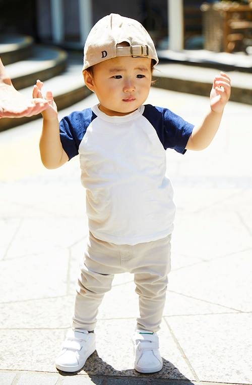 キッズは白×ネイビーのTシャツを主役にしたストリートスタイル☆
