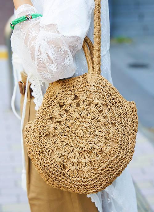 ラウンド編みのカゴバッグを選んでナチュラルな雰囲気に。/></p> <p class=
