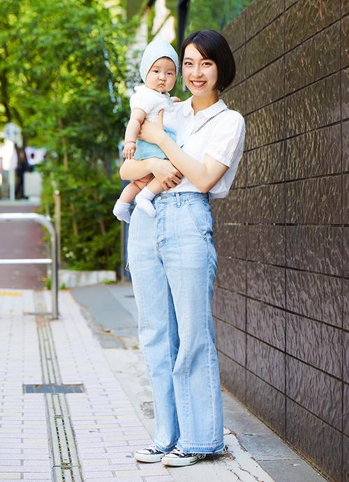 """白シャツにデニムパンツを合わせたシンプルスタイル。親子で丸襟を仲良くシェアして優しいムードを演出。"""""""