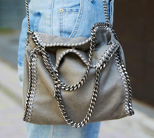 バッグに縁取られたチェーンがハードな印象をプラス!