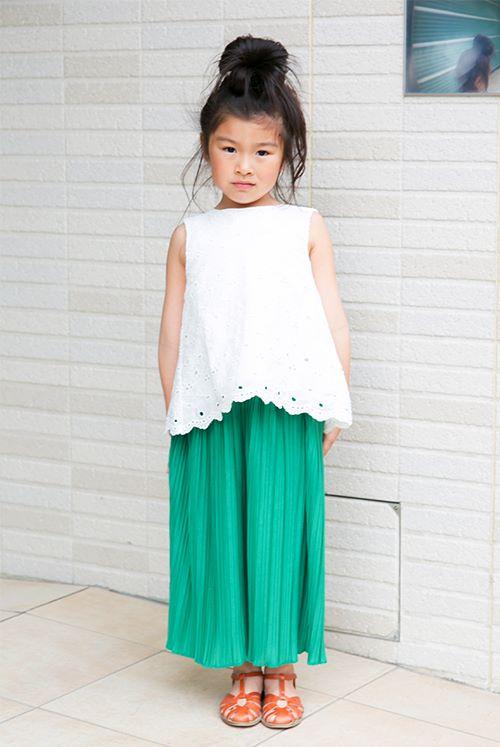 キッズはグリーンのスカートを主役にしたフェミニンスタイル。<br /> レースのトップスで甘みを加えて。&#8221; /></p> <p class=