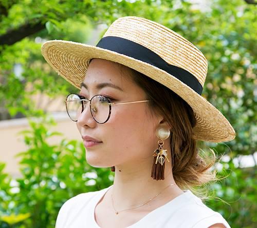 カンカン帽やべっ甲柄のメガネ、フリンジのピアスなど、小物で顔まわりを彩って♪/></p> <p class=
