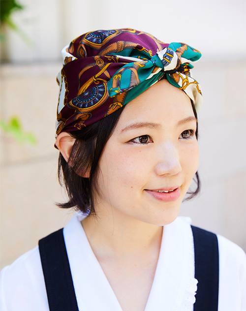 バンダナ風の帽子がコーデのアクセントに。/></p> <p class=