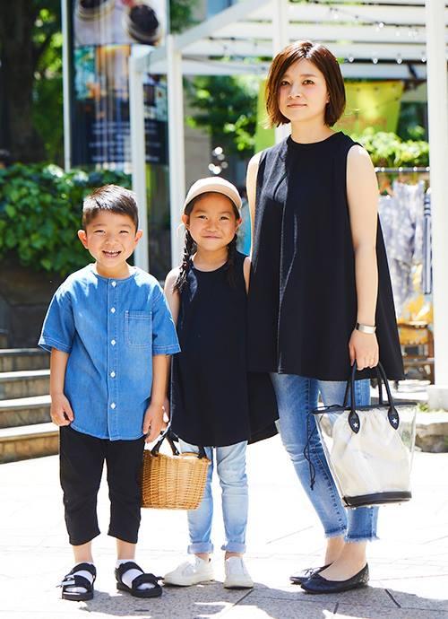 """黒×デニムを親子でリンクしたシックなきれいめカジュアル。レザー使いのクリアバッグで上品に仕上げ。"""""""