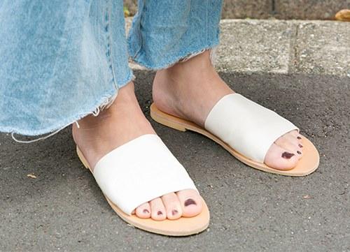 足元は白いサンダルを選んで清楚な雰囲気に仕上げ。