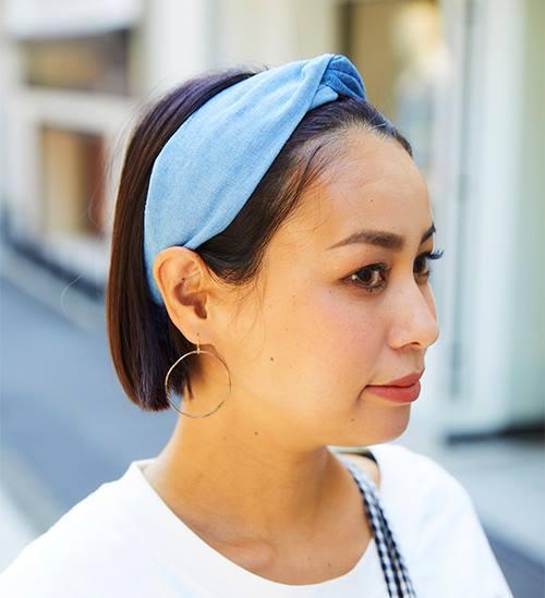 ブルーのヘアバンドを合わせて爽やかに♪/></p> <p class=