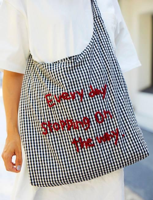 チェック柄のショルダーバッグをチョイス。<br /> 赤の刺繍がほどよいエッセンスに♪&#8221; /></p> <p class=