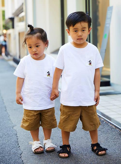 白Tシャツ×ベージュパンツを兄弟でリンクして仲良くテンションを統一♪