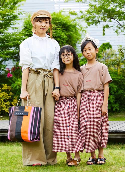 """ベーシックコーデにバッグやキッズのスカートに遊び心を注入。色のトーンを合わせるのが統一感のポイント。"""""""