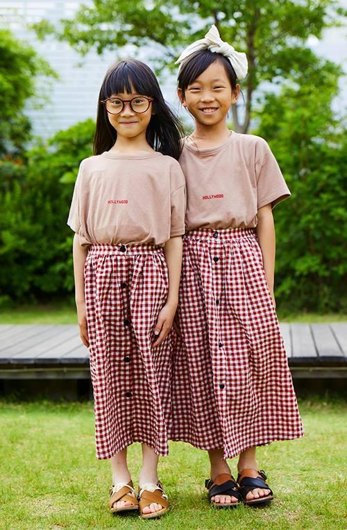 姉妹はお揃いのTシャツ×チェックスカートを合わせてノスタルジックな装いに。