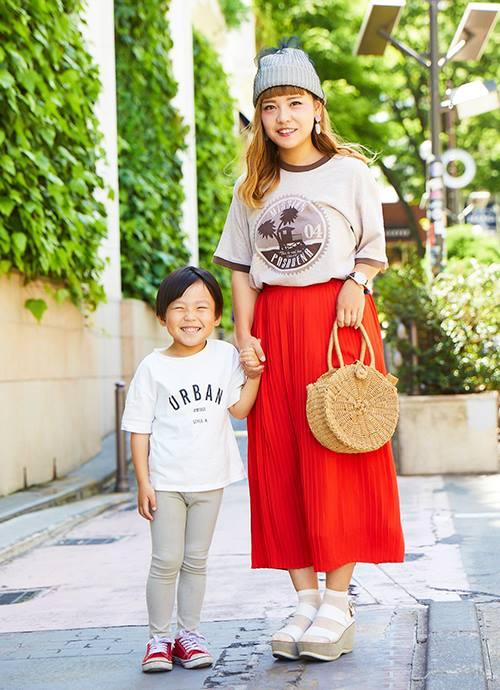 """鮮やかな赤いスカートに古着のTシャツを合わせた個性的な青文字スタイル。サークル状のカゴバッグを選んでナチュラルな印象をプラス。"""""""