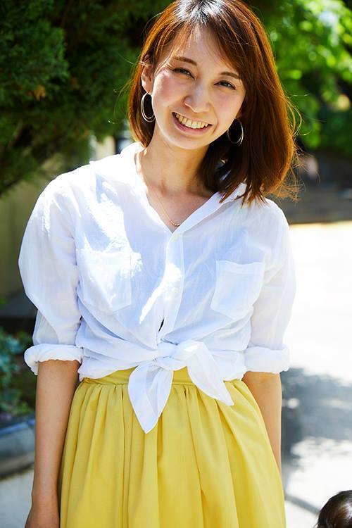 シャツの裾をきゅっと結んでキャッチーな雰囲気に!/></p> <p class=