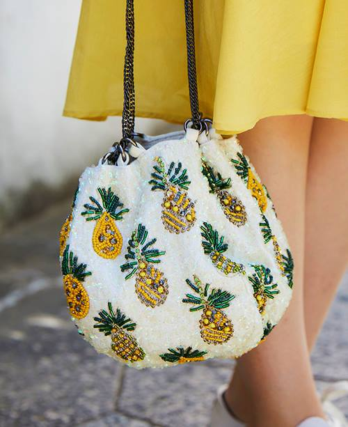 パイナップル柄の巾着バッグがコーデに抜け感をプラス♪