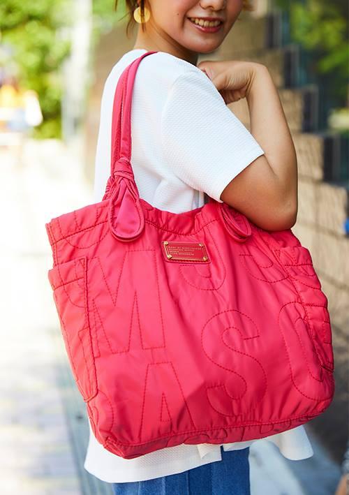 ビビッドカラーのショルダーバッグはコーデの挿し色として大活躍!/></p> <p class=