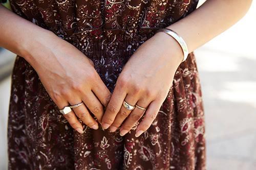 指輪やバングルなどのアクセサリーを合わせてちょっぴり華やかに♪/></p> <p class=