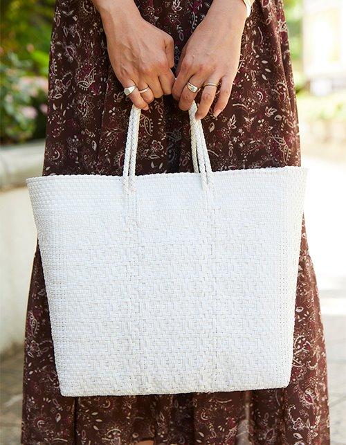 白いバッグを選んで清楚なムードを演出。