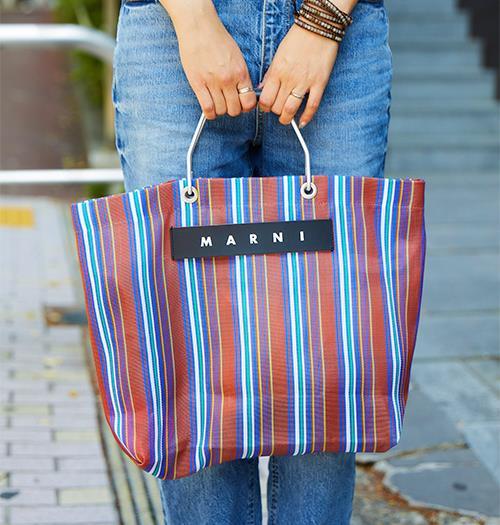 ストライプ柄のバッグがコーデの味付けに♪/></p> <p class=
