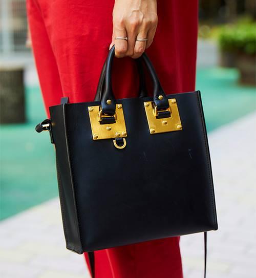 控えめなゴールドの装飾が施されたバッグでエレガンスなムードをプラス!/></p> <p class=