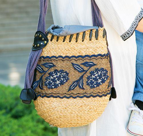 あじさい柄の刺繍が施されたカゴバッグを選んで爽やかに。/></p> <p class=