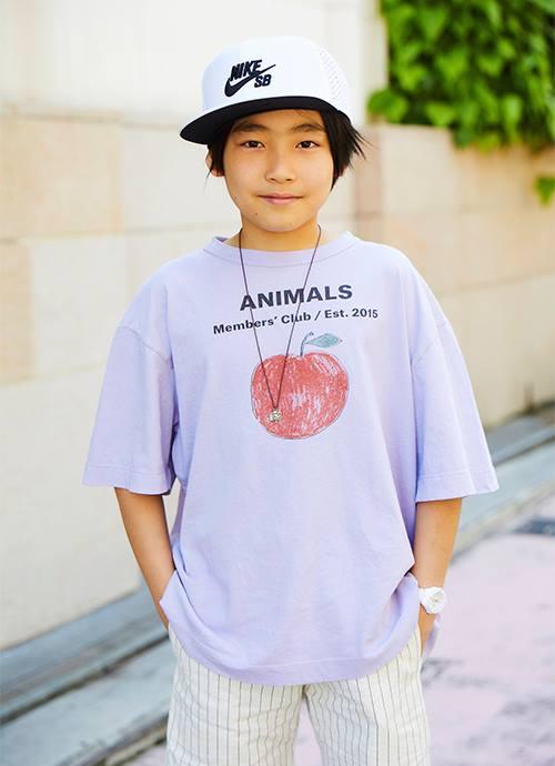 キッズはオーバーサイズのTシャツを主役にしたストリートスタイル。<br>ナイキのキャップをかぶってスポーツMIXに。