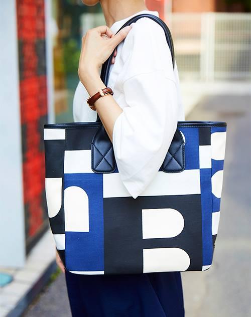 マルチカラーのトートバッグを選んでモードな印象をプラス!/></p> <p class=