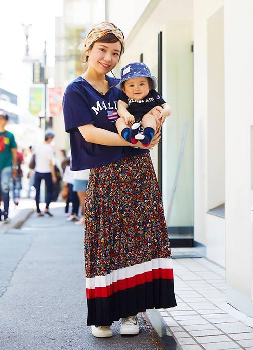 """ネイビーのTシャツに華やかなスカートを合わせたパリガール。キッズもネイビーをリンクさせて親子のテイストを統一。"""""""