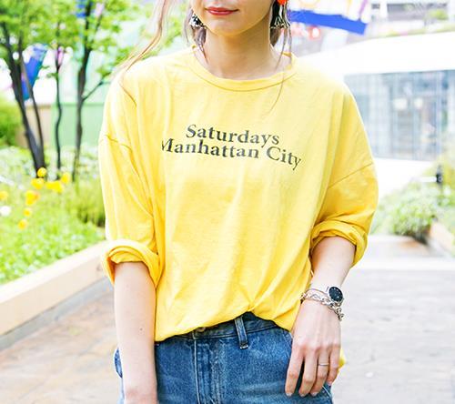 ビタミンカラーのTシャツを合わせて夏感を上昇!/></p> <p class=