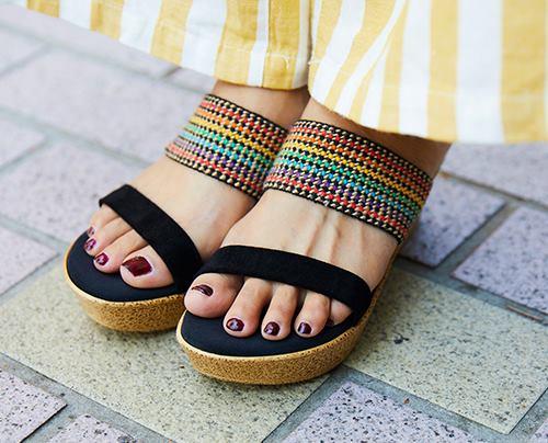 足元には虹色のサンダルを合わせてアクティブなムードに♪
