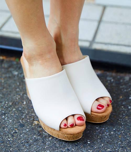 白いサンダルを選んで足元を清楚な印象にまとめ。