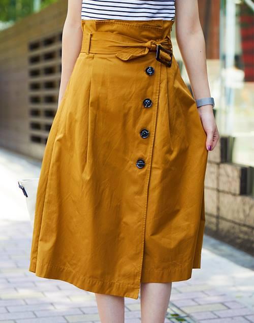 トレンチスカートを選んでトレンド感をアピール♪/></p> <p class=