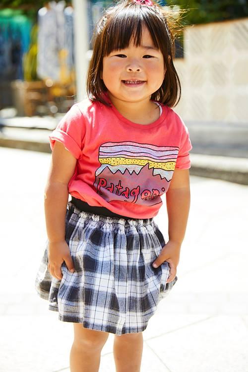 ピンクのTシャツにチェック柄のスカートを合わせてガーリーに仕上げ♡