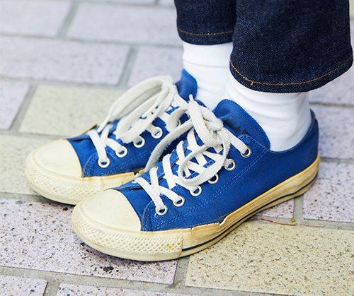 足元はブルーのオールスターで軽快な印象にまとめ。