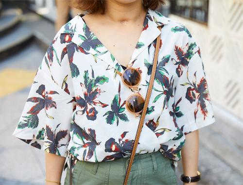 ボタニカル柄のアロハシャツがトレンド感を後押し!/></p> <p class=