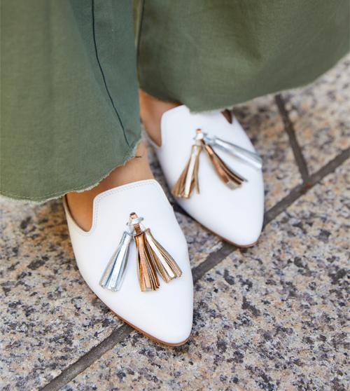 足元には白いタッセルローファを合わせて清楚な印象に。
