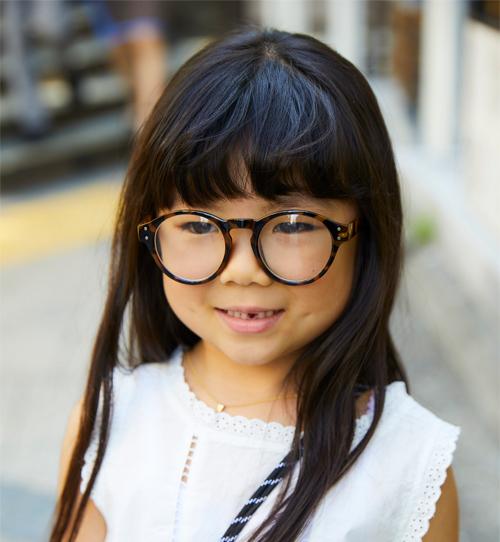 キッズはべっ甲柄のメガネを選んでこなれ感をアップ♪