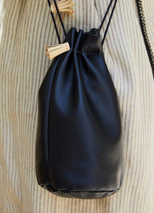 黒い巾着バッグを選んでトレンド感を加速!
