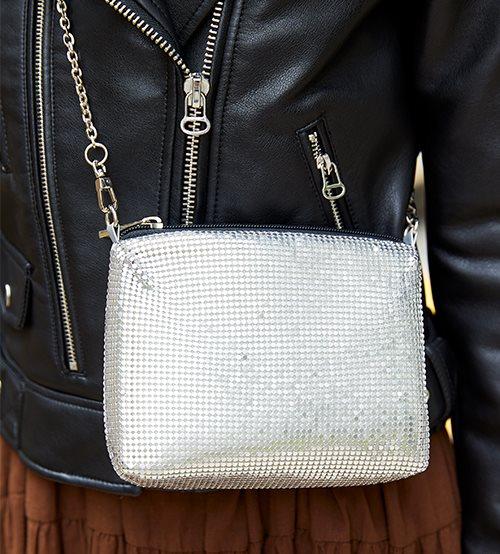 シルバーのバッグを合わせて女性らしい上品さを演出♪/></p> <p class=