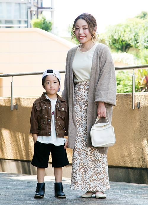 """親子で全身をアースカラーで統一したナチュラルな装い。ママは小花柄のマキシスカートを合わせてレディシックな雰囲気にシフト。"""""""