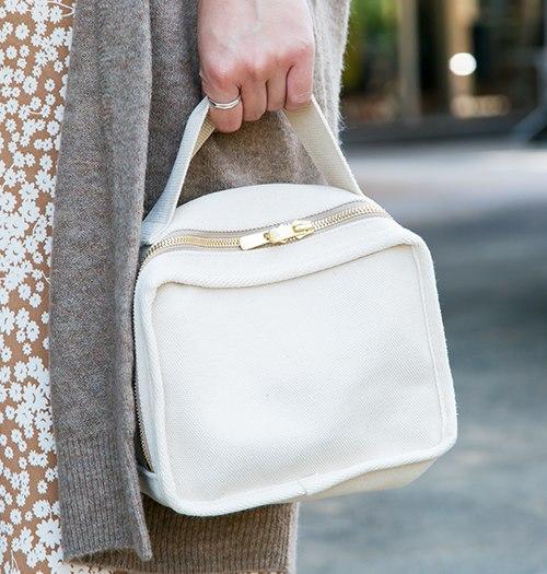白いバッグを選んで上品な雰囲気に。/></p> <p class=